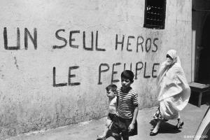 فترة الثورة الجزائرية وعلى الحائط بالفرنسية: بطل واحد، الشعب !